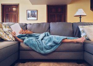 Procrastinare - alza il sedere dal divano - uym