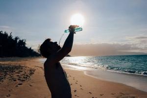 Felicità e Piacere l'errore di confonderli - Dissetarsi con acqua salata - uym